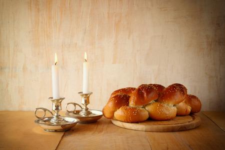 shabat: Imagen s�bado. pan jal� y candelas en mesa de madera