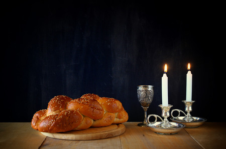 pan y vino: Imagen sábado. pan jalá y candelas en mesa de madera