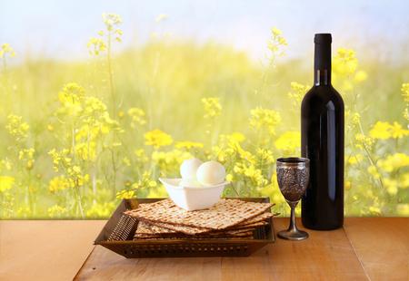 pan y vino: fondo pascua. vino y matzoh (Pascua judía pan) en mesa de madera Foto de archivo