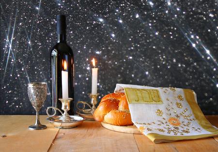 shabat: Imagen sábado. pan jalá y candelas en mesa de madera. brillo superposición Foto de archivo