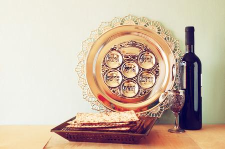 Pascha achtergrond. wijn en matzoh (Joodse Pascha brood) over houten achtergrond.