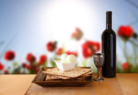 pesaj: fondo pascua. vino y matzoh (Pascua jud�a pan) en mesa de madera Foto de archivo