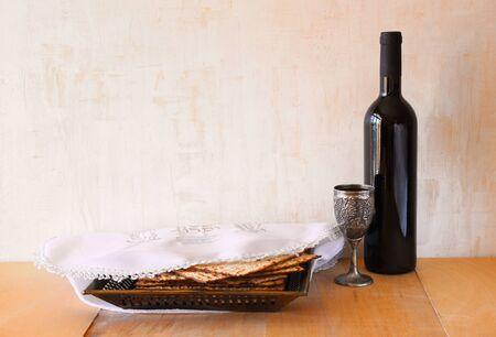 pan y vino: Fondo de la Pascua. vino y matzoh (Pascua judía pan) sobre fondo de madera. Foto de archivo