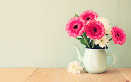 decoracion mesas: ramo verano de flores en la mesa de madera con fondo de menta. imagen filtrada de la vendimia Foto de archivo