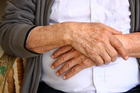 vecchiaia: Close up delle mani maschile anziani Archivio Fotografico