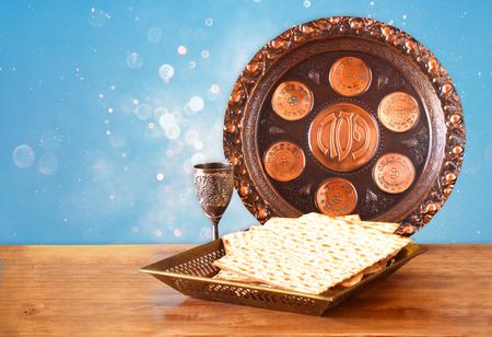 Pascha achtergrond. wijn en matzoh (Joodse Pascha brood) over blauwe glitter achtergrond Stockfoto