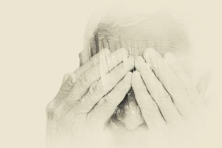 Retrato doble exposición del hombre mayor que cubre su rostro con las manos. blanco y negro la imagen, efecto vintage