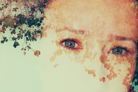 exposicion: imagen doble exposición de la niña y la naturaleza de fondo.