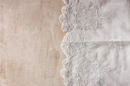 manteles: vista desde arriba de la mano de la vendimia hecha de tela de encaje hermosa sobre mesa de madera