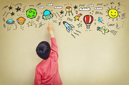 imaginacion: Foto de chico lindo imaginar la fantas�a nave espacial. conjunto de infograf�as sobre fondo de pared texured