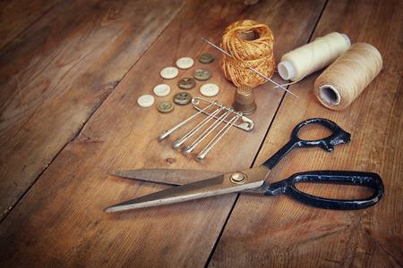 kit de costura: Fondo Vintage con herramientas de costura y kit de costura sobre el fondo con textura de madera