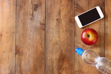 물 병 피트 니스 개념 휴대 전화 및 사과 나무 배경 위입니다. 필터링 된 이미지 스톡 콘텐츠