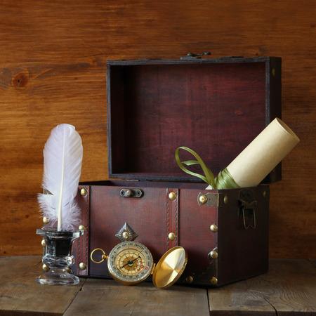and antique: Tintero Comp�s antiguo y viejo ba�l de madera en la mesa de madera