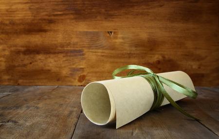 feier: Close up Bild von Schuldiplom über Holztisch. selektiven Fokus
