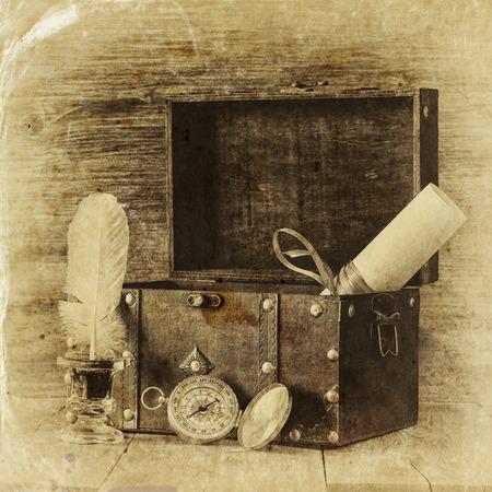 cofre del tesoro: Tintero Comp�s antiguo y viejo ba�l de madera en la mesa de madera. estilo blanco y negro vieja foto
