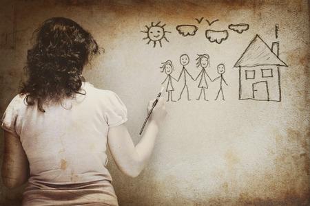 femme dessin: image en noir et blanc d'une jeune femme d'imagerie une famille avec des infographies ensemble de plus de texture mur de fond. femme violence et d'abus notion