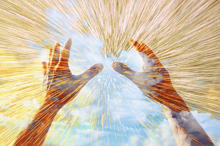 alabando a dios: manos levantadas en la oraci�n contra el cielo. efecto de la exposici�n doble