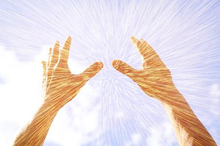 alabando a dios: manos levantadas en la oración contra el cielo. efecto de la exposición doble
