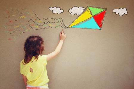niños: Foto de chico lindo imaginar vuelo de la cometa. conjunto de infografías sobre el fondo de la pared con textura Foto de archivo