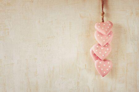 aqua background: corazones de madera de color rosa sobre fondo de madera aqua