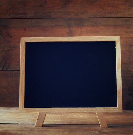 blackboard: pizarra de edad de cosecha de madera en la mesa de madera