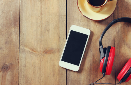 경치: 빈 화면 헤드폰과 커피 컵과 스마트 폰의 상위 뷰 이미지입니다. 텍스트를위한 공간 스톡 콘텐츠