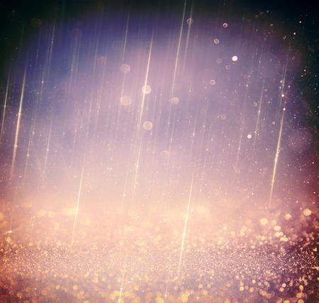estrellas moradas: brillar luces de fondo de la vendimia. oro plata luz púrpura y negro. desenfocado. Foto de archivo