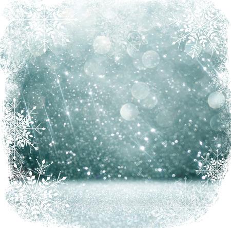 copo de nieve: blanco y plata luces bokeh abstractos. fondo desenfocado con superposición de copo de nieve Foto de archivo