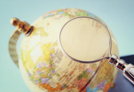 wereldbol: close up van oude vintage wereldbol en vergrootglas