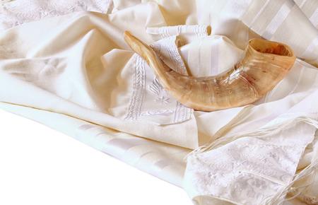 shofar: corno shofar su bianco preghiera talit. Rosh Hashanah concetto di vacanza ebraica. simbolo di vacanza tradizionale.
