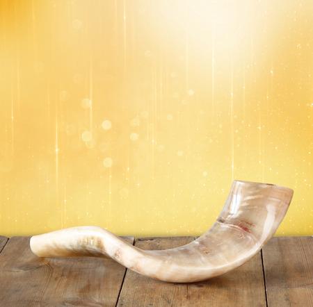 shofar: corno shofar su tavola di legno. Rosh Hashanah concetto di vacanza ebraica. simbolo di vacanza tradizionale. Archivio Fotografico