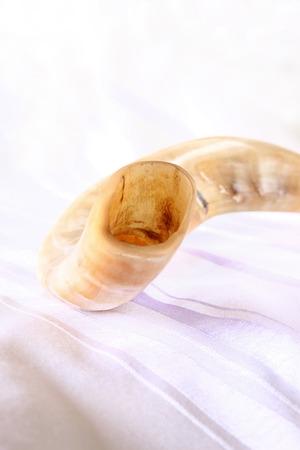 shofar: corno shofar su bianco preghiera talit. spazio per il testo. Rosh Hashanah concetto di vacanza ebraica. simbolo di vacanza tradizionale. Archivio Fotografico