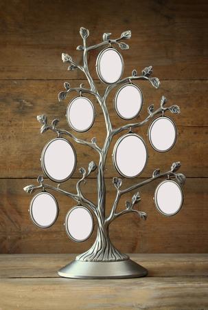 Imagen de la antigüedad de la vendimia marco clásico de árbol en mesa de madera Foto de archivo - 41687396