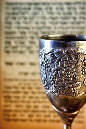 shabat: taza shabbath plata de época de vino delante de la Torá libro de oraciones