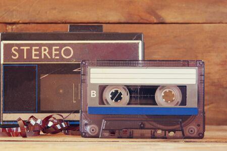 cintas: cerca de la foto de la pila de cintas de cassette sobre la mesa de madera. imagen de estilo retro Foto de archivo
