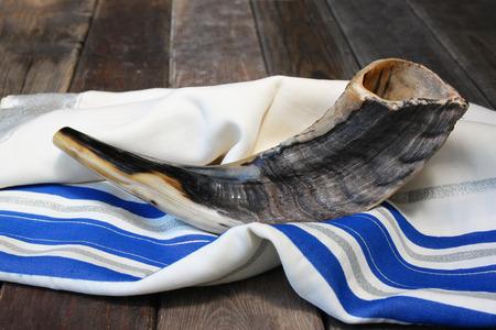 白い祈り talit にショファル角.テキストのための部屋。謹賀新年ユダヤ人の休日のコンセプトです。伝統的な休日の記号です。 写真素材