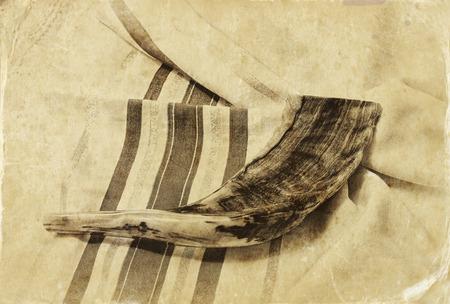 holiday symbol: corno shofar su bianco preghiera talit. spazio per il testo. Rosh Hashanah concetto di vacanza ebraica. simbolo di vacanza tradizionale. Archivio Fotografico