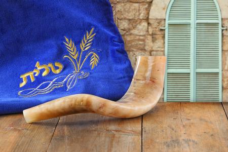 holiday symbol: immagine di corno shofar e caso preghiera con la parola talit preghiera writen su di esso. spazio per il testo. Rosh Hashanah concetto di vacanza ebraica. simbolo di vacanza tradizionale.