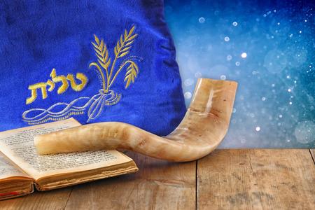 ショファル角と祈りを伴った単語 talit 祈り書かれてそれのイメージ。テキストのための部屋。謹賀新年ユダヤ人の休日のコンセプトです。伝統的な 写真素材
