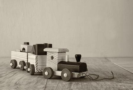 juguetes antiguos: tren de juguete de madera sobre el suelo de madera. atención selectiva. blanco y negro vieja foto de estilo