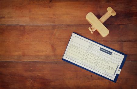 voyage vintage: vue de dessus l'image de voler billet avion en bois sur la table en bois