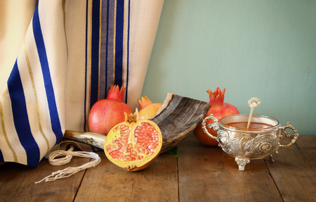 shofar: rosh hashanah jewesh holiday concept - shofar, honey, apple and pomegranate over wooden table. traditional holiday symbols. Archivio Fotografico
