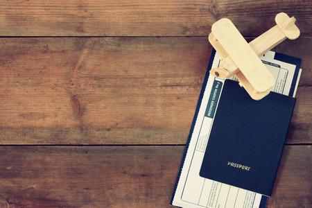 passeport: vue de dessus l'image de voler billet avion et un passeport en bois sur la table en bois