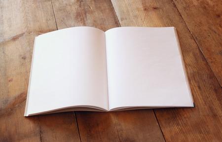 imagen: cuaderno en blanco abierto sobre la mesa de madera. listo para la maqueta. retro imagen filtrada Foto de archivo