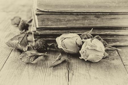 madera rústica: Imagen de concentración selectiva de rosa seca, collar antiguo y libros antiguos de la vendimia en la mesa de madera. imagen filtrada retro Foto de archivo