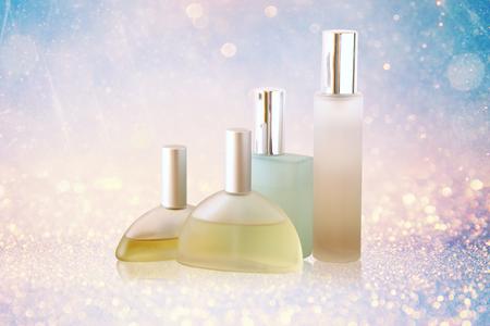 olfato: imagen de las botellas de perfume aislado en fondo brillante brillo