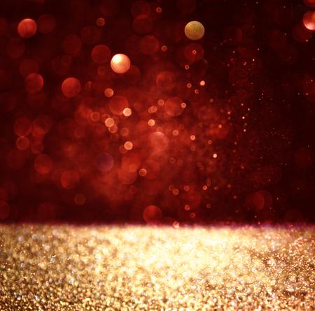 staub: Zusammenfassung Hintergrund der roten und goldenen Glitter Bokeh Lichter, defocused