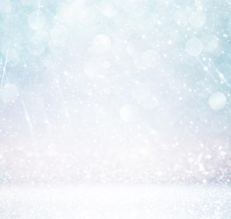navidad elegante: bokeh enciende el fondo con capas y colores de plata blanca múltiples y azul con copos de nieve de superposición