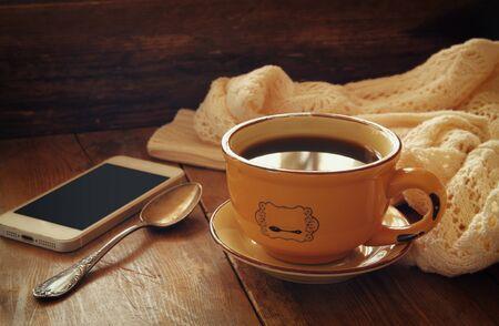 стиль жизни: Чашка чая с смартфона на деревянный стол