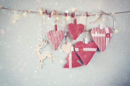 Weihnachtsbild Aus Stoff Roten Herzen Und Baum. Holz-Rentier Und ...